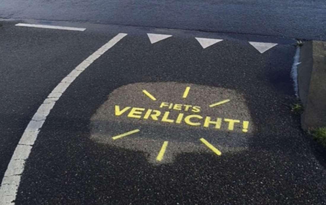Graffiti op fietsroutes attendeert op verlichting